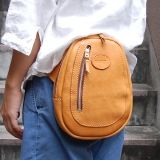 エッグウエストバッグ(F-11)は楕円型のフォルム、ガイドブックや長財布も収納できる革鞄です。