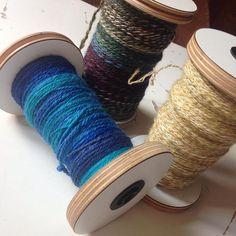 So, hab noch einiges geschafft für den #spinnmarathon2015. Beim Spinntreffen gestern hab ich zwei Garne verzwirnt und auf dem Spinnrad einen blauen Kammzug von WolleMaStricken weiter gesponnen. Den hab ich heute fertig gesponnen und verzwirnt. Yay!!! Hab sogar schon das nächste Projekt auf der Spule, einen Kammzug von Frau Wo aus Po. Aber erst Mal steht jetzt ein sonntäglicher Familiennachmittag auf dem Plan, bevor ich mich heute Abend noch Mal für ein oder zwei Stündchen ans Spinnrad setze.