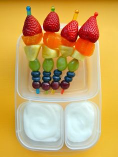 THIS is AWESOME! I cant wait to make it for my boys! Rainbow Fruit Kebabs with Yogurt Dip Clouds presented in an Easy lunchbox container. Rainbow Fruit Skewers, Rainbow Snacks, Fruit Kebabs, Rainbow Food, Lunch Box Bento, Easy Lunch Boxes, Lunch Ideas, Box Lunches, Meal Ideas