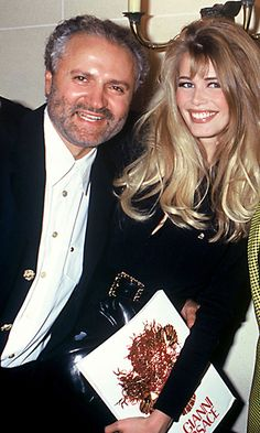 The bon vivant posed with supermodel claudia schiffer in 1992 at his spring 1993 haute couture 90s Models, Flirt Tips, Claudia Schiffer, Gianni Versace, Princess Diana, Supermodels, Fashion Beauty, Vintage Fashion, Poses