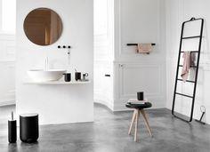 Flip Hocker, Toilettenpapierhalter, Handtuchhalter, Duschabzieher und Handtuchleiter als aufgeräumtes Design für Wellness im Bad