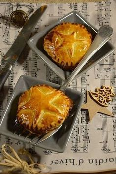 I had not yet presented a foie gras recipe. For this day I made a version of Chausson with foie gras and onion confit. Köstliche Desserts, Dessert Recipes, Tapas, Fingers Food, Christmas Cooking, Christmas Snacks, Christmas Recipes, Noel Christmas, Easy Meals