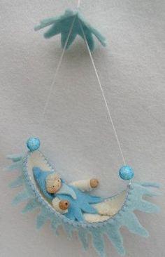 Eenleuk hangmatje in winterkleuren. Maak een paar van deze hangmatjes en hang ze aan een tak voor een compleet winterplaatje. Eenvoudig te maken