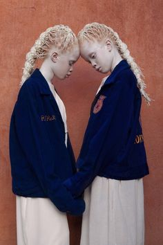 twins from São Paulo, Lara and Mara Bawar unique beauty and pale features caught the eye of the fashion photographer Vinicius Terranova who started to work with the young models as part of his own project called Flores Raras (Rare Flowers). Albino Twins, Modelo Albino, Poses, Pretty People, Beautiful People, Albino Model, Sheila, Young Models, Twin Models