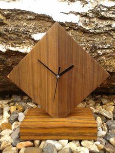 Relógio de madeira de mesa.