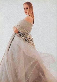ChristianDior Haute Couture par Gianfranco Ferré, automne-hiver1989-1990. Modèle similaire paru dans L'Officiel de la Mode © DR