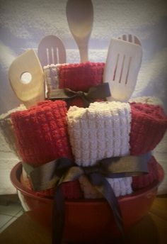 Housewarming gift:  Set of mixing bowls, dish towels, hand towels and ser of wooden spoons. There were also salt and pepper shakers but you can't see them at the top.