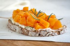 Ein tolles schnelles Gericht passend zur Jahreszeit Herbst ist die #Kürbis-Bruschetta. Definitiv ein Rezept zum Ausprobieren! Pineapple, Cheese, Fruit, Food, Oven, Amazing, Food Food, Pinecone, Meals