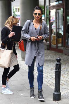 RADOSNA Lewandowska przed studiem TVN (ZDJĘCIA) Lewandowski, Anna, Normcore, Tote Bag, Coat, Womens Fashion, Casual, Jackets, How To Wear