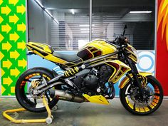 Kawasaki Er6n . Custom airbrush and paint job by Jaz Airbrush. #kawasaki #er6n #airbrush  #bumblebee #yellow #jazairbrush