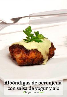 Bruno Oteiza prepara unas albóndigas caseras con carne picada, miga de pan, huevo, cebolla pochada y berenjena. Para acompañar, una original salsa de yogur y ajo. #albóndigas #berenjena #salsa #yogur #ajo #brunooteiza #segundoplato #otoño #recetadealbóndigas #albóndigasdeberenjena #salsadeyogur Carne Picada, Albondigas, Vegetarian Food, Enchiladas, Chefs, Baked Potato, Veggies, Potatoes, Baking