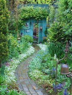 Backyards: Inspiration for Garden Lovers! Backyard Inspiration - Ideas for Garden Lovers!Backyard Inspiration - Ideas for Garden Lovers! Unique Garden, Diy Garden, Dream Garden, Blue Garden, Potager Garden, Shade Garden, Natural Garden, Garden Nook, House With Garden