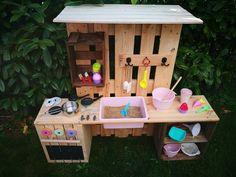 ᐅ Matschküche selber bauen aus Paletten & Obstkisten Furniture Projects, Garden Furniture, Diy Furniture, Thrift Store Furniture, Repurposed Furniture, Fruit Box, Fruit Crates, Milk Crates, Mud Kitchen