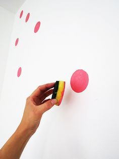 Punkte an der Wand streichen