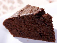 עוגת שוקולד של אמא  חומרים לחים ויבשים לסירוגין. להתחיל ולסיים בלחים.  כוס שמן  2 כוסות קמח אסם מנופה יחד עם אבקת אפייה כף שטוחה כוס שוקולית 2 ביצים כוס סוכר כוס מים רותחים להכניס בתבנית משומנת לתנור מחומם ל180 ל20 דקות  לציפוי חצי חפיסת שוקולד עם מעט שמן חצי מיכל שמנת מתוקה