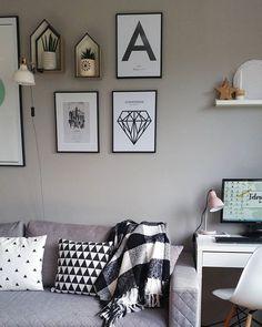 ostatni dzień #blackandwhitechallenge to biel i czerń w naszym salonie ☺ #blackandwhite#salon#livingroom#galeriaścienna#plakaty#typografie#lemonducky#myloview#półki#domki#pepco#pepcopl#sukulenty#kaktusy#osłonki#doniczki#bloomingville#poduszki#vinnst#howdeeryou#koc#biedronka#dodatki#dekoracje#homedecoration#stylskandynawski#scandistyle#scandinaviandesign