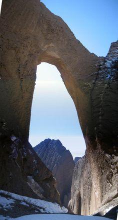 В горах Афганистана находится арка Хазарчишма - природный мост, расположенный на огромной, самой большой высоте – более трех тысяч метров над уровнем моря. Выглядит впечатляюще!..