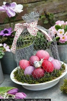 Easter Egg centerpiece and Decoration! So Unique.a Wire Cloche for Easter! Spring Projects, Easter Projects, Spring Crafts, Holiday Crafts, Easter Art, Easter Crafts, Easter Eggs, Easter Decor, Chicken Wire Crafts