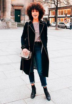Street style look blusa listrada, maxi casaco, jeans e botas.