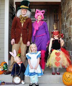 familia disfrazada de personajes de alicia en el país de las maravillas