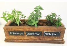 Huerto de madera con 3 hierbas o especias. Cultiva tus propias plantas aromáticas o especias, del huerto a tu mesa. Además es perfecto como elemento de decoración. Medidas: 3 plantas 38 x 15 x 11 cms. Puedes elegir las hierbas que contendrá tu huerto: Albahaca Tomillo Manzanilla Pimienta Oregano Perejil Cilantro Hierbabuena Menta Mejorana Te Verde También podemos hacer tu huerto sobre medida y en el diseño que tu elijas.