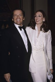My favorite celebrity couple of all time. I remember being really bummed when they broke up. Jack Nicholson and Angelica Huston 1976 - totally! Smoking Tuxedo, Hollywood Stars, Classic Hollywood, Hollywood Actresses, Actors & Actresses, Famous Duos, Anjelica Huston, Famous Couples, Jack Nicholson