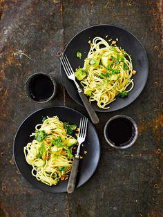 Krabin pasta on aasialainen muunnelma avokadopastasta. My Cookbook, Pasta Recipes, Risotto, Chili, Spaghetti, Eat, Ethnic Recipes, Drinks, Foods