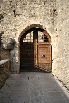 Castel_Trosino_porta_di_ingresso_al_borgo.jpg (2000×3000)