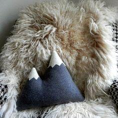 les sommetsoreiller montagne laine peluche par ThreeBadSeeds, $58.00