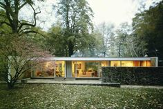 Best Ideas For Modern House Design : – Picture : – Description Beckhard House, designed by Herbert Beckhard (an associate of Marcel Breuer) in Glen Cove Vintage Architecture, Architecture Details, Interior Architecture, Bungalow, Casa Patio, Backyard Patio, Courtyard House, Mid Century House, Residential Architecture