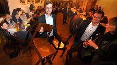 Größerer Andrang als erwartet: Matthias Reintjes (25), der den Wahlkampf der CDU organisiert, schleppte fleißig Stühle in den Saal des Kapaunenbergs.