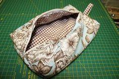 65977b2c5 Hoy os enseñamos cómo de una forma fácil podemos hacer un neceser.  Materiales cremallera de 25 cm trozo de tela (para el exterior) .