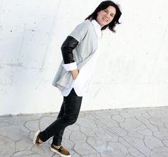 Este look casual me gusta por su mix de tejidos y por su combinación relajada de tres colores: blanco, negro y gris. Pantalón de polipiel de Bershka, Slip on con animal print de Mango AW14, camisa blanca oversize de Zara AW14 y chaqueta de punto con mangas de polipiel de Zara SS15.