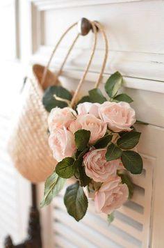 Une brassée de fleurs dans un panier négligeamment suspendu à une poignée de porte. Astuce : glisser dans le panier un bocal avec un fond d'eau à renouveler souvent