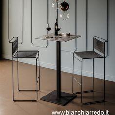 Sgabello con telaio in acciaio verniciato bianco (OP71), nero (OP17) o graphite (OP69) opaco. Seduta e schienale in cordoncino di PVC bianco o nero.