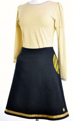 Et ekslusivt sort skjørt med gullkant nederst og to lommer. Skjørtet er foret og…