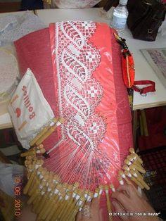 What a pretty lace pattern. Irish Crochet, Knit Crochet, Bobbin Lacemaking, Bobbin Lace Patterns, Point Lace, Needle Lace, Lace Making, Tatting, Embroidery