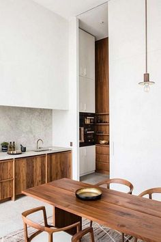 Awesome Simple Small Kitchen Design Ideas Awesome Simple Small Kitchen Design Ideas Apartment Emily Henderson Pendant Trend Inspo A really Scandinavian interior is quite liveable. Thus, the Japanese interior isn't overloaded with detail. Kitchen Furniture, Kitchen Interior, Interior Livingroom, Casa Magnolia, Boho Dekor, Wooden Kitchen, 70s Kitchen, Kitchen Pantry, Kitchen Storage