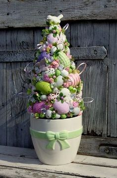 Stroik wielkanocny Choinka z jajek w doniczce z kokardą - stroiki świąteczne,ozdoby wielkanocne,dekoracje na Wielkanoc Door Wreaths, Seasonal Decor, Happy Easter, Planter Pots, Centerpieces, Seasons, Easter Decor, Ornaments, Spring