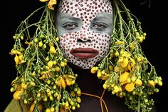 So cooly stylish, Omo valley Ethiopia, photo Hans Silvester Pintura Tribal, Arte Tribal, We Are The World, People Around The World, Population Du Monde, Costume Ethnique, Tribal Face, Tribal People, African Tribes
