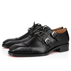 The Martok derby stands out for its original design, evocative of the creativity of the 1970s London art scene. Made entirely of black leather, its delicate topstitching accented upper fastens on the side with metal buckles that reinforce its lacing. A slender city shoe that displays an elegant and minimalist silhouette. Sock Shoes, Men's Shoes, Dress Shoes, Louboutin Online, Red Sole, Formal Shoes, Metal Buckles, Black Flats, Online Boutiques