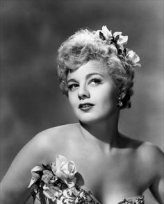 Shelley Winters was an American actress who appeared in dozens of films, as well as on stage and television; her career spanned over 50 years until her death in 2006 Old Hollywood Glamour, Golden Age Of Hollywood, Vintage Hollywood, Hollywood Stars, Classic Hollywood, Hollywood Icons, Vintage Glamour, Vintage Beauty, Jean Harlow