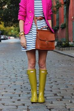 Just because it's raining doesn't mean you have to forego a cute work outfit. Pair your favourite green Wellies with a springy striped dress, a bright blazer and a crossbody bag for a great on-the-go look! Estilo Preppy, Estilo Hippie Chic, Spring Summer Fashion, Spring Outfits, Autumn Fashion, Spring Style, Spring Clothes, Spring 2015, Bikini Bleu