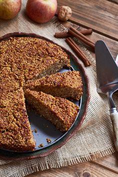 Esa tarta es un poco diferente a las tartas de manzana tradicionales, pero está riquísima y es muy fácil de preparar. No tiene harina, azúcar ni lácteos; sin dejar de ser dulce y sabrosa por ser ta...