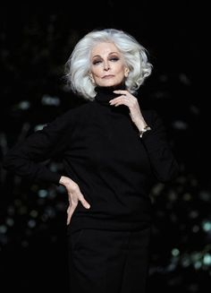 I won't NEED a time machine, because my glamour will transcend age. (Carmen Dell'Orefice: argent glamour)Once a beauty. Carmen Dell'orefice, Good Woman, Dark Grey Hair, Grey Wig, Gray Hair, Poses, Estilo Hippy, Beautiful Old Woman, Dead Gorgeous