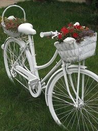 26 garden junk ideas - How to create unique garden art from junk - white bike holding flowers Old Bicycle, Bicycle Art, Old Bikes, Garden Crafts, Garden Projects, Diy Projects, Yard Art, Garden Junk, Flower Stands