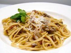 Deze spaghetti met funghi porcini is een echte delicatesse, en zoals de Italianen het klaar maken met maar een paar ingrediënten. Je kunt het eten als een voorgerecht of als een hoofdgerecht, dit recept is bedoeld als hoofdgerecht. Funghi porcini, eekhoorntjesbrood is gedroogd in kleine zakjes verkrijgbaar bij Italiaanse delicatessewinkels.