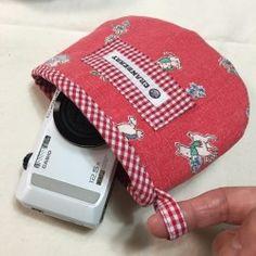 表布と裏布の間にキルト芯が挟んであるので、ちょっとした雨や風、衝撃から防げます。 スナップボタン一つで出し入れできて、とてもシンプルなのでバッグの中に入れても邪魔になりません。サイズは タテ120mm×ヨコ150mm 今回はCASIOのデジカメとPENTAX Q7のズームレンズを例として製作しています。 カメラのサイズは横幅30mm×奥行90mm×高さ60mmです。ズームレンズのサイズは直径mm×長さ80mmです。 サイズを参考にご注文下さい。