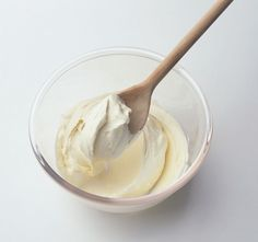 Use coconut milk to make a simple vegan coconut frosting. With just three ingredients, this is a quick and easy dairy-free and egg-free vegan recipe. Coconut Milk Frosting, Dairy Free Frosting, Butter Frosting, Coconut Cream, Buttercream Recipe, Vanilla Buttercream, Frosting Recipes, Frosting Tips, Non Dairy Cream Cheese