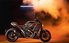A Diesel é uma empresa de pronto-a-vestir que regularmente tem vindo a colaborar com a Ducati na elaboração de séries especiais de motos.